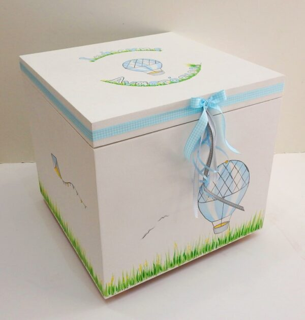 Χειροποίητα είδη βάπτισης: Ξύλινο, χειροποίητο κουτί βάπτισης mdf, ζωγραφιστό στο χέρι, με θέμα το Αερόστατο σε γαλάζιο γκρι χρώμα. Συνδυάζεται με το υπόλοιπο σετ βάπτισης Αερόστατο που αποτελείται από τη λαμπάδα, το λαδόκουτο και το σετ λαδικών. Παράλληλα, μπορεί να συνοδευτεί από τα αντίστοιχα μαρτυρικά, κασετίνα μαρτυρικών και βιβλίο ευχών καθώς και από μπομπονιέρα κουτάκι, πουγκί ή παιδική μπομπονιέρα καδράκι ή σαπουνόφουσκα. Υλικό: mdf Διάσταση: 38Χ38Χ35 εκ.