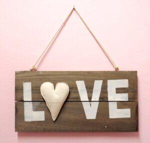 Ξύλινη ταμπέλα Love - DPK106