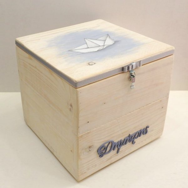 Χειροποίητο κουτί βαπτιστικών ρούχων για βάπτιση αγοριού με θέμα το Καραβάκι VK097